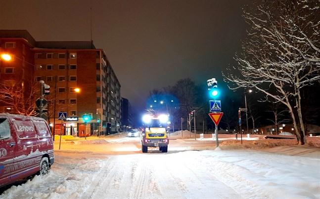 Snöröjning i Vasa centrum på tisdagsmorgonen.