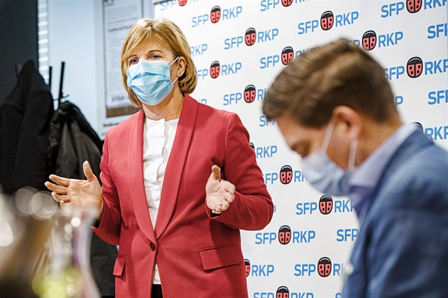 Anna-Maja Henriksson påpekar att vårdens kapacitet inte alls är på bristningsgränsen men uppmanar ändå till sunt förnuft i vardagen för att undvika smittan.
