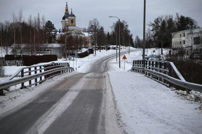 Körfältet för bilar på Långfors bro ska repareras. Delen för fotgängare och cyklister stängs inte av.