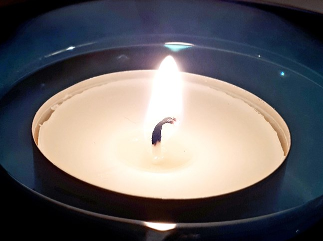 Kemijärvi församling tände ljus och ordnade en minnesstund för att hedra offret på onsdagskvällen.