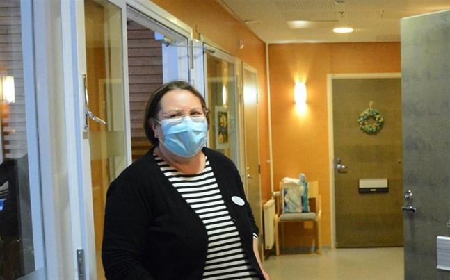 Hälsovårdare Ann-May Lövdahl konstaterar att alla 80-plussare i Kristinestad som anmält intresse nu fått tid för vaccinering.