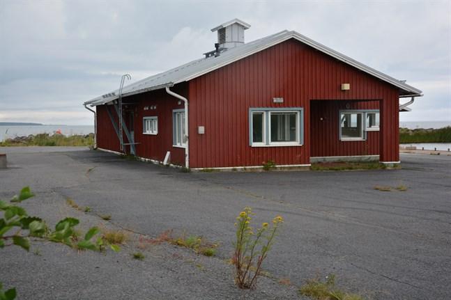 Kommunen vill bevara Storkorshamn som fiskehamn. Styrelsen anser att en eventuell badstrand i kyrkbyn ska anläggas på någon annan plats.
