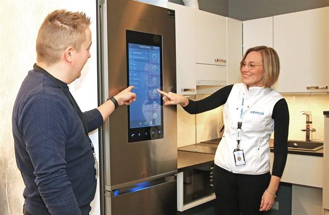 Oskar Järnefelt, ABB, och Anu Ylikahri, Vamia, visar det smarta kylskåpet som kan sända information till de anhöriga eller till vårdpersonalen när det behöver fyllas på.