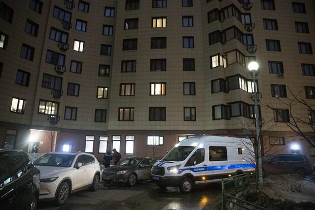Ett polisfordon utanför det hus där den ryske oppositionsledaren Aleksej Navalnyjs bostad på onsdagen.