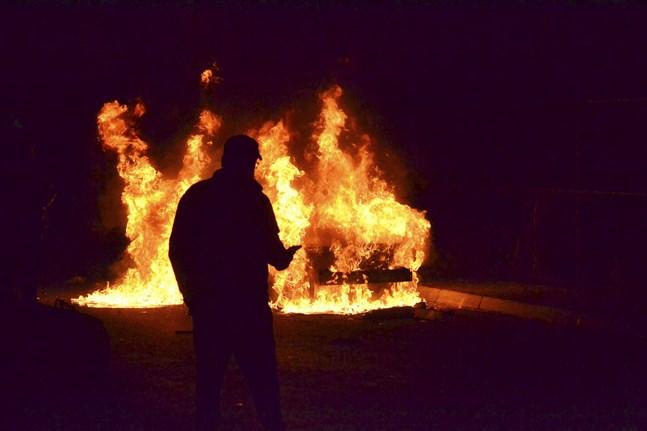 Ett fordon som stuckits i brand under protesterna i staden Tripoli i norra Libanon. Bilden togs på tisdagen.