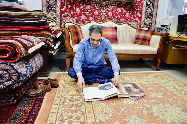 Reza Effati ägnar dagar och kvällar åt att läsa böcker om mattor. Ju mer han läser, desto mer inser han hur lite han egentligen vet om det gamla hantverket.