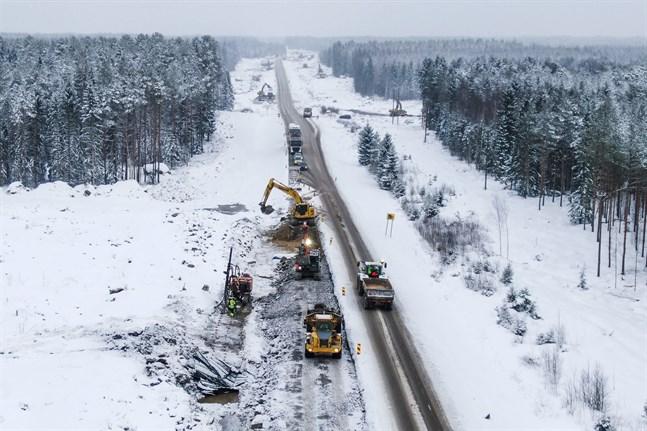 I år förnyas drygt 5 kilometer av riksväg 8. Helt färdig blir sträckan först nästa år.