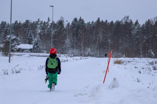 Det känns inte okej att låta en 7-åring gå nästan tre kilometer ensam på morgonen i mörkret och minus 20 grader till skolan. Eller? skriver Jannica Metsi.