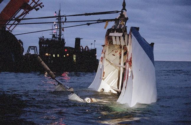 Bogvisiret från det förlista passagerarfartyget Estonia lyftes upp från havsbottnen i november 1994.