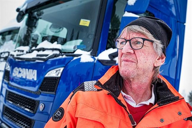 Peter Sandbäck fick inte korsa gränsen i Hån i södra Sverige. Inget fick gränspolisen att tro att han är yrkeschaufför. I Storlien i Norrland gick det bättre.