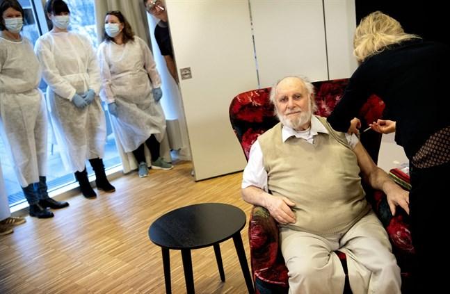 Carl-Einar Joergensen får covidvaccin på ett äldreboende i Köpenhamn. Smittspridningen sjunker i landet. Arkivbild.
