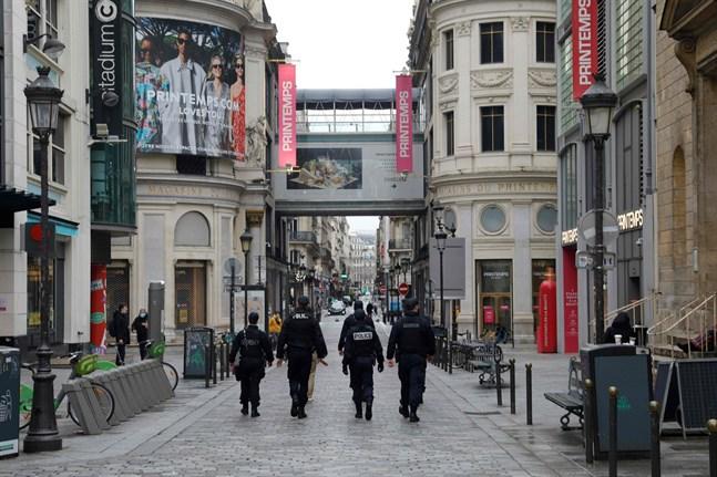 Polis patrullerar på gatorna i Paris. De kontrollerar bland annat att coronarestriktionerna följs.