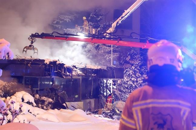 En byggnad blev illa skadad i branden.