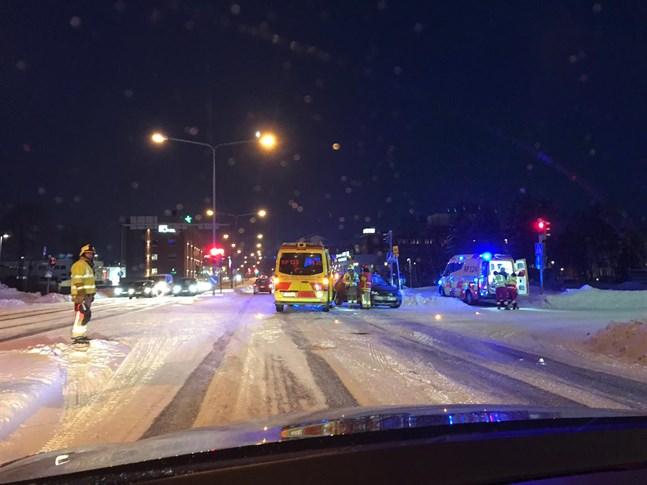 Olyckan inträffade i korsningen av Smedsbyvägen och Himlajagatan vid 7.45-tiden på måndag morgon.