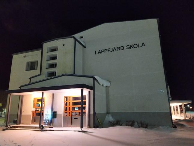 Lappfjärds skolas elever har distansundervisning fram till den 9 februari. Inledningsvis var ett 30-tal personer i karantän, men nu gäller det alla elever och all personal, alltså omkring 100 personer.
