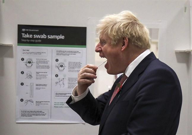 Storbritanniens premiärminister Boris Johnson gör ett coronatest i England. Arkivbild.