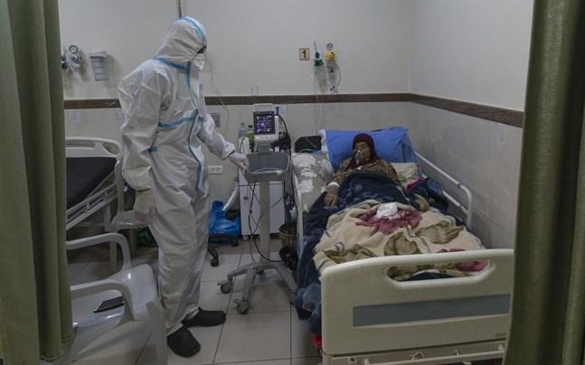 En palestinsk patient vårdas för covid-19 på ett sjukhus i Ramallah på Västbanken.