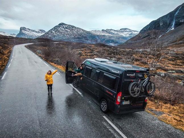 Emilia Wik och Elin Åsvik körde cirka 32 000 kilometer under sitt år som ambassadörer för ett finländskt husbilsföretag. På bilden befinner de sig i Norge.