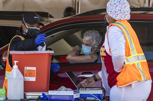 Drive-in-vaccinering i Inglewood i Kalifornien i USA. Arkivbild.