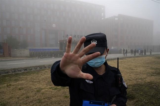 En vakt stoppar obehöriga från att komma nära det virologiska institutet i Wuhan.