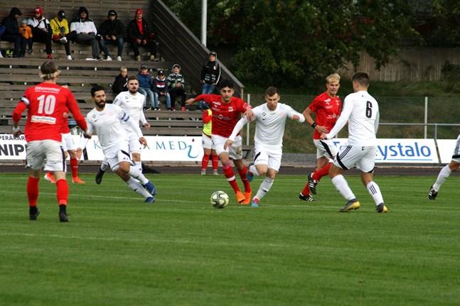 Seriestarten drar ut på tiden och då blir det ingen dubbel serie i år heller. På bild Sporting Kristina och Kaskö IK i en derbymatch.