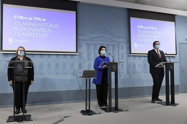 Helsingfors stads överläkare Sanna Isosomppi, Social- och hälsovårdsministeriets chefsstrateg Liisa-Maria Voipio-Pulkki och direktör  Mika Salminen från Institutet för hälsa och välfärd berättar om virusläget i Finland just nu.