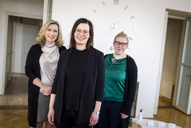 Kirsi Hägglund och Heidi Patronen grundade advokatbyrån Aawa 2017. Linda Björkstrand (i mitten) började jobba där som anställd den 18 januari. Hon lockades bland annat av chefernas inställning till jobb och familjeliv.