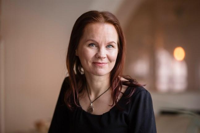 Författaren Marisha Rasi-Koskinen premieras med årets Runebergspris för sitt skönlitterära verk REC.