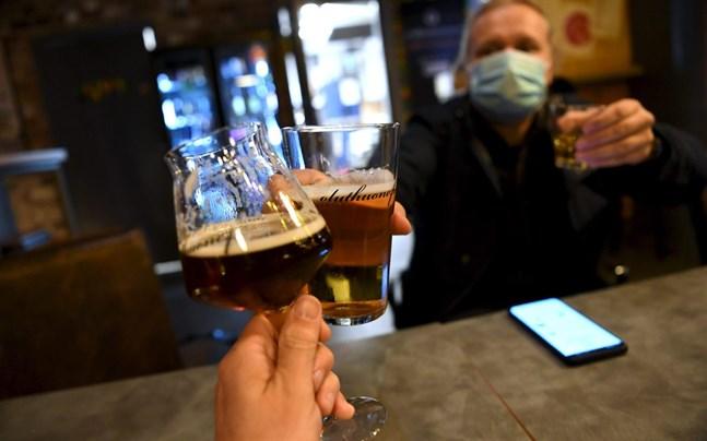 Utbytesstuderanden som vistats på restauranger i Helsingfors kan ha spridit vidare coronaviruset till andra restaurangbesökare.
