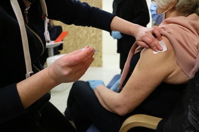 Personer som är 65 år och äldre och hör till riskgrupp 2 enligt THLs klassificering, får boka tid för coronavaccinering via telefonlinjen från tisdag 6 april.