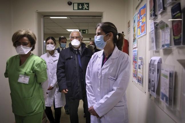 Portugals premiärminister António Costa visas runt på en hälsocentral i Lissabon där vaccinering pågår mot covid-19. Arkivbild.