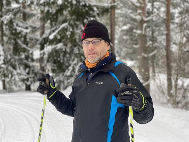 Skidtränaren Kenneth Kuuttinen gläder sig åt en riktig vinter. Han har, tillsammans med grannarna, fixat ett cirka tjugo kilometer långt skidspår kring området Bäckby-Kåtnäs.