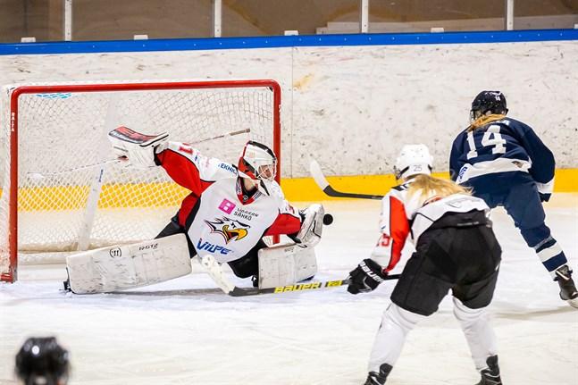 Den nedre fortsättningsserien blev en besvikelse för Sports damer. Här Melisa Mörönen med en fin parad mot Kuortane.