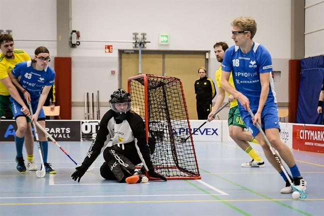 Johannes Vähäkangas snurrar runt med bollen när Blue Fox mötte Ilves. William Sundelin är beredd framför målet.