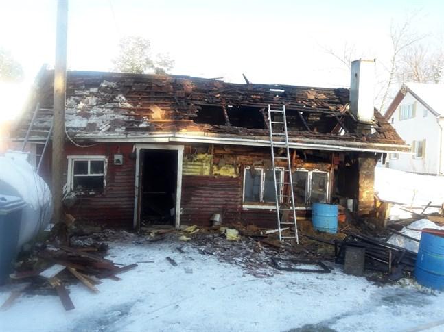 En uthusbyggnad brann i Lillkyro på lördagen. Byggnaden har använts som bleckslagarverkstad sedan 1953.