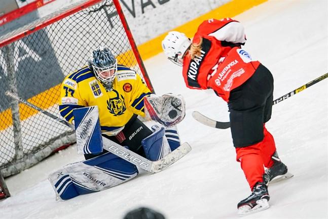 Susanna Kupari smäller in pucken bakom Lukkos målvakt Johanna Niemi.