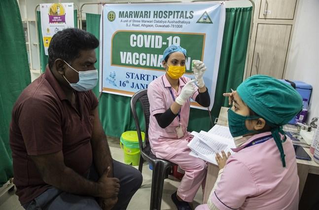 En sjuksköterska förbereder en vaccindos på ett sjukhus i Gauhati, Indien. Planen är att vaccinera 300 miljoner människor till juli 2021.