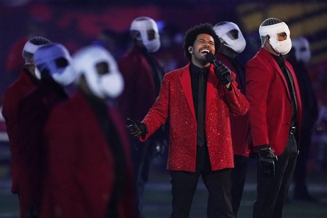 The Weeknd uppträder med maskklädda dansare.
