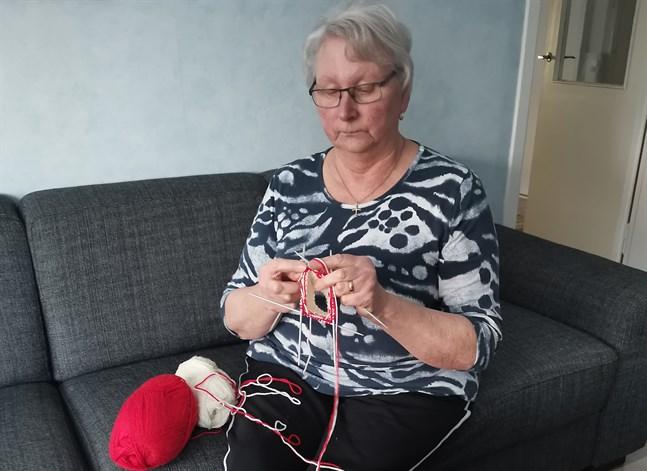 Britt-Marie Teir är en av dem som redan stickar rödvita strumpor till förmån för insamlingen Gemensamt ansvar.