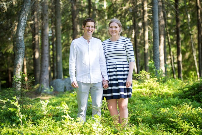 Benjamin Lehmann och Emilia Häggman gör ett andra försök till midsommarbröllop i år, i stället för det som flyttades fram förra året.