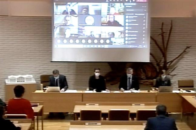 Många deltog på distans i Närpes stadsfullmäktiges möte på måndagen.