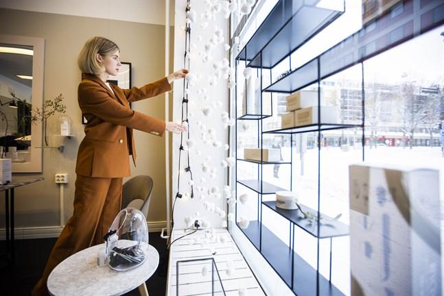 Rebecca Sjöblom stylar bland annat skyltfönster i sitt företag. Här är hon på frisörsalongen Moy.Hair Salon i Vasa. De har ett långt samarbete där Rebecca ändrar om skyltfönstret med jämna mellanrum, beroende på säsong och högtid.