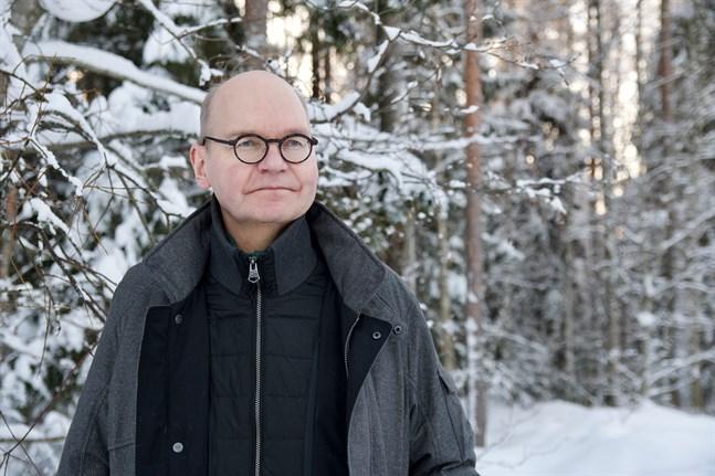 Sedan slutet av januari rapporterar Vasa sjukvårdsdistrikt inte längre de kommunvisa siffrorna för nya coronafall. – Infektionskontrollen skulle gå bättre om man utgick från de tre ekonomiska regionerna eller arbetspendlingsområden i stället för kommunerna, säger Heikki Kaukoranta, smittskyddsläkare och ledande överläkare på Vasa stad.