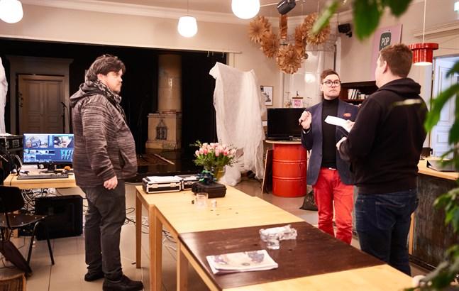 Thomas Enroth och Thomas Lundin gör sig redo för inspelningen av dagens första soffsamtal. De går igenom detaljerna med teknikern Jakob Löflund.