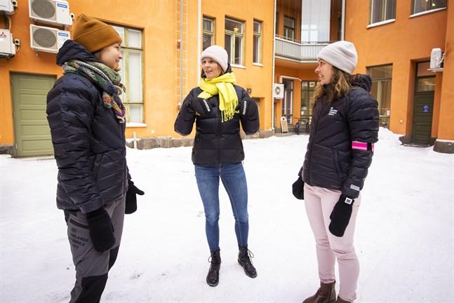 Jonna Skrifvars, till vänster, och Saara Norrgrann blir FSI:s första anställda i Vasa. Generalsekreteraren Henrika Backlund, till höger, tycker det är viktigt att förbundet finns i alla regioner.