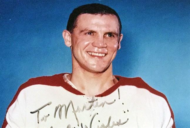 Ralph Backstrom porträtterad på en bild med autograf från sin tid i Montréal Canadiens.