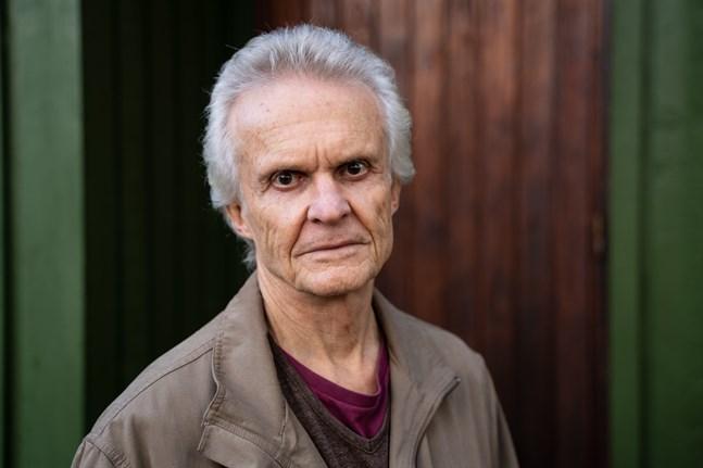 Kjell Lindblad, född 1951, har skrivit noveller, romaner, en barnbok och dramatik för radio, tv och teater.