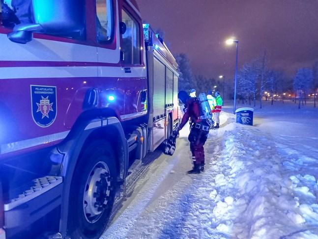 Räddningsdykare inspekterade området kring vaken, men hittade ingen som gått genom isen.