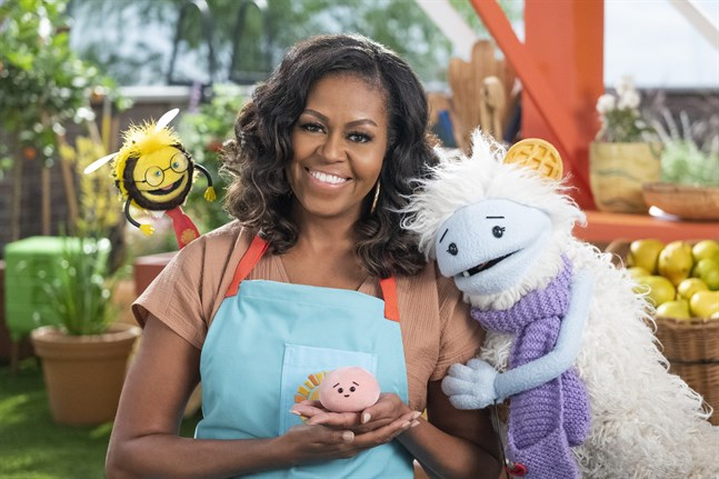 Michelle Obama tillsammans med sina dockföljeslagare. Pressbild.