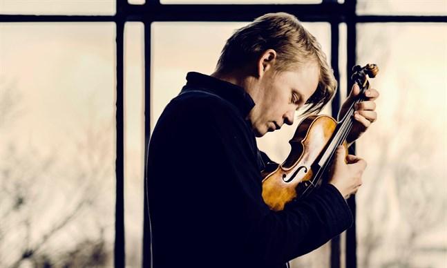 Det senaste året har inte varit det lättaste för violinisten Pekka Kuusisto, men han ser fram emot fredagens strömmade konsert med Mellersta Österbottens Kammarorkester.